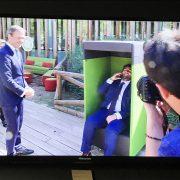 Presidente de la región de Murcia sentado en nuestra cabina telefonica.