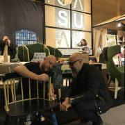 Debatiendo sobre la construcción de la silla.